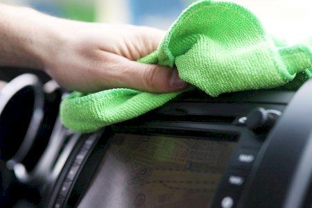 Como limpar os plásticos encardidos do interior do seu carro?